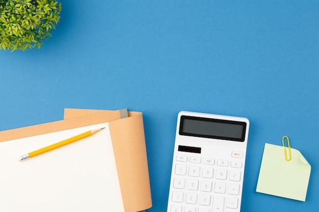 Blocco note calcolatrice matita e foglio per appunti