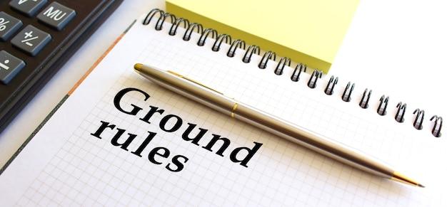 Blocco note con testo regole a terra. concetto di affari.