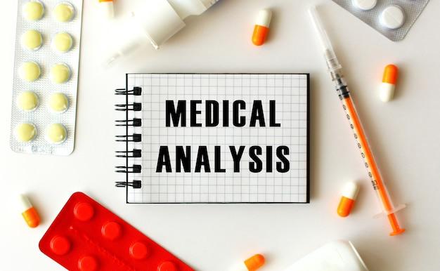 Blocco note con testo analisi medica