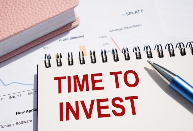 Blocco note con testo time to invest. business e concetto finanziario