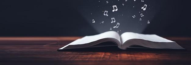 Note sul libro aperto sulla superficie scura