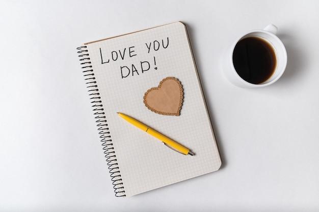 Nota che amo papà in blocco note. parole scritte a mano. festa del papà