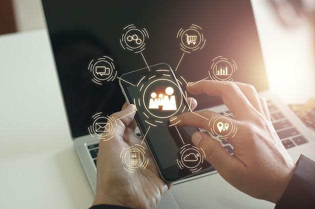 Icone di notifica tecnologia applicativa internet, ricerca manuale smartphone touch screen, concetto di comunicazione online aziendale.
