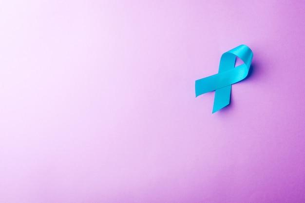 Mese di consapevolezza del cancro alla prostata con nastro azzurro di novembre