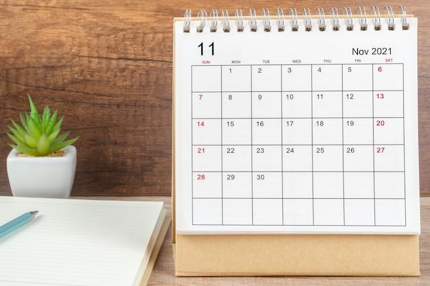 Mese di novembre, scrivania del calendario 2021 per l'organizzatore per la pianificazione e il promemoria sul tavolo. concetto di riunione di appuntamento di pianificazione aziendale