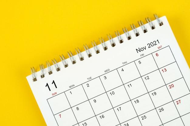Mese di novembre, scrivania del calendario 2021 per l'organizzatore per la pianificazione e il promemoria su sfondo giallo.