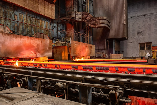 Novokuznetsk, russia, 4 giugno 2019. escursione allo stabilimento metallurgico evraz zsmk. versare il metallo caldo dal mestolo.