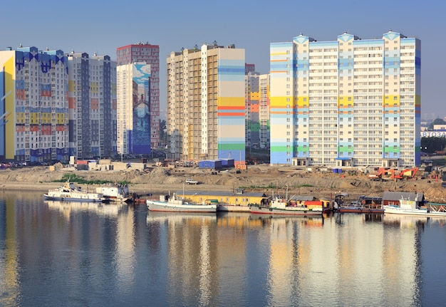 Novosibirsk siberia russia07032021 costruzione di un complesso residenziale sulla riva dell'ob
