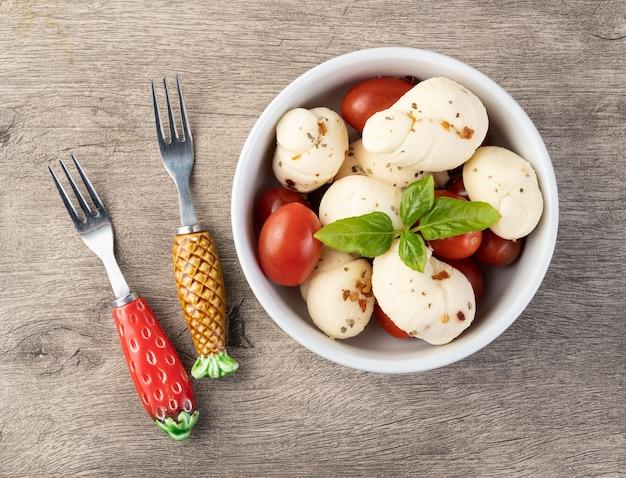 Nozinho o knot mozzarella, formaggio bianco fresco artigianale tipico brasiliano con condimenti, basilico e pomodorini.