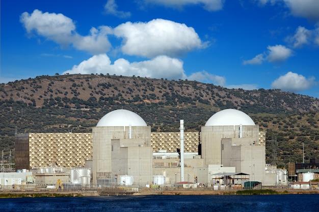 Centrale nucleare sotto un incredibile cielo blu con nuvole floffy