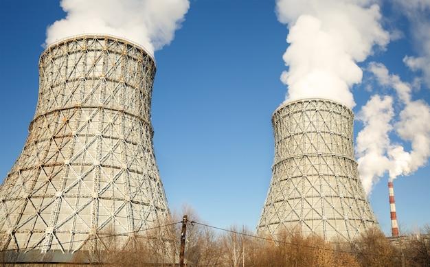 Fumo della centrale nucleare concetto di disastro di ecologia