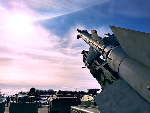 I tomahawk nucleari sono diretti verso il cielo soleggiato. problemi sociali. ostilità. instabilità economica.