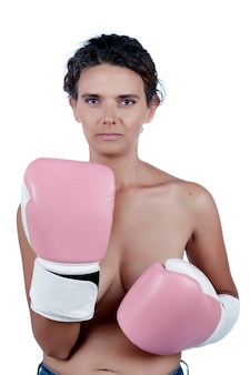 Giovane donna nuda con guanti da boxe rosa, raffiguranti una lotta contro la consapevolezza del cancro al seno.