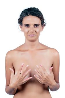 Giovane donna nuda con le mani rosa, raffigurante la lotta contro la consapevolezza del cancro al seno.