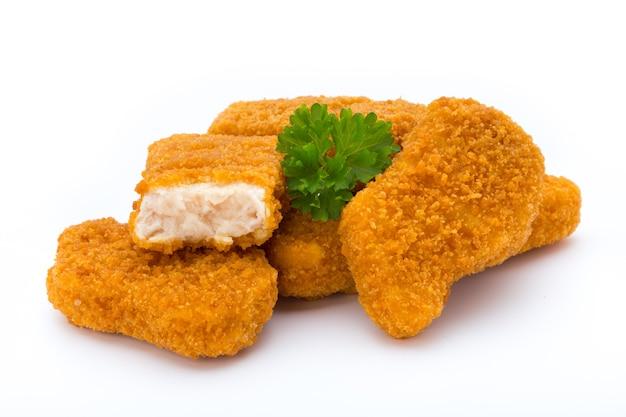 Pollo della pepita su bianco.