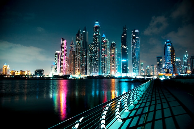 Passeggiata leggera notturna a dubai marina. dubai, emirati arabi uniti