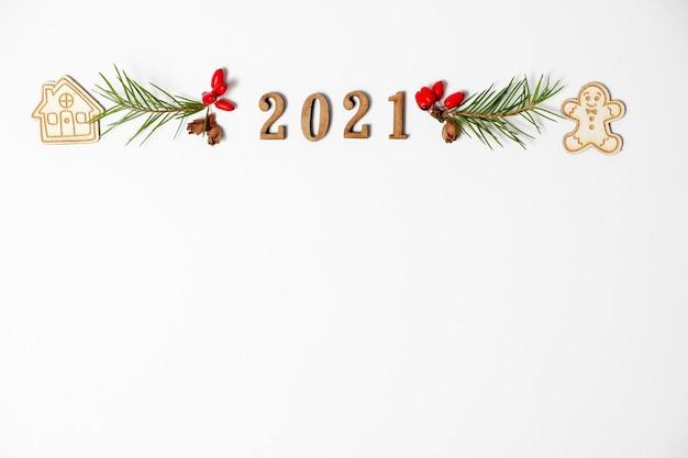 Numero 2021 isolato su sfondo bianco, dall'alto e lo spazio della copia