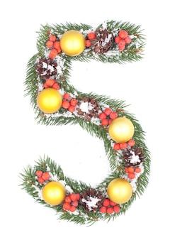 Numero 5 composto da decorazioni e ramo di abete natalizio