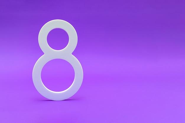 Numero otto in bianco su sfondo viola come simbolo della giornata internazionale della donna.