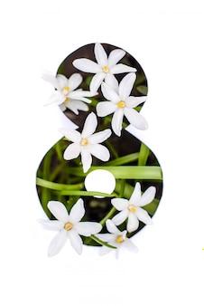 Numero otto: stencil bianco con piccoli fiori