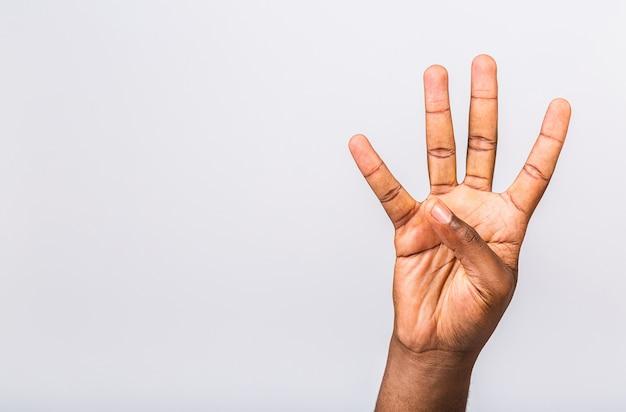 Mano dell'uomo di colore afroamericano numero quattro che mostra diversi gesti isolati