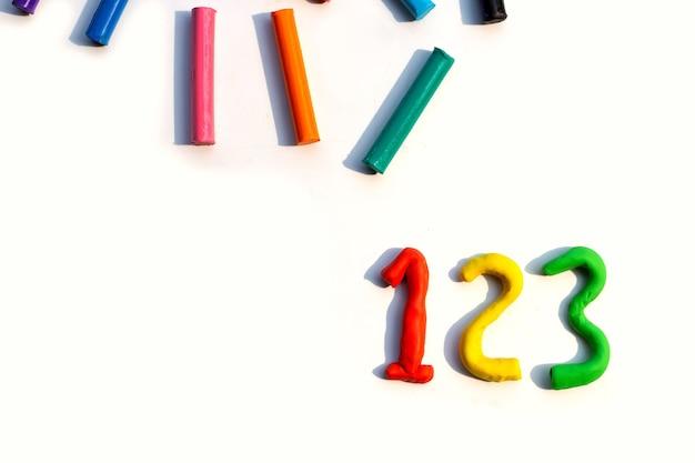 Numero fatto di argilla plastilina colorata su bianco.