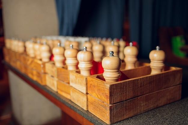 Numero di mulini in legno con sale e pepe in un ristorante girato con una piccola presa