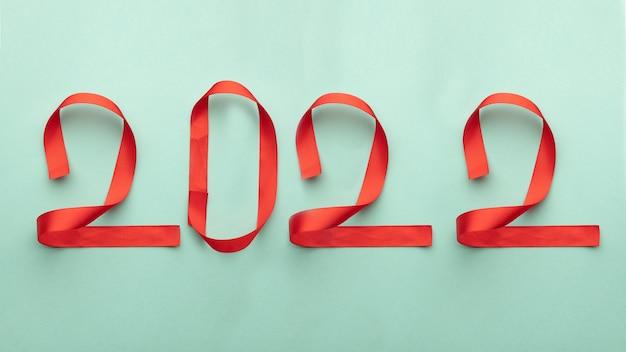 Numeri 2022 da nastri rossi su sfondo blu. capodanno natale