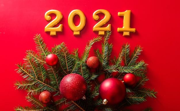 I numeri e un ramo di un albero di natale con la palla rossa del giocattolo