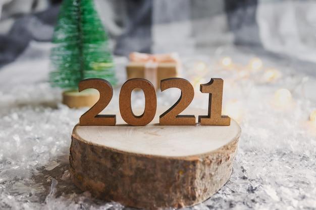 Numeri su un taglio di legno contro uno sfondo sfocato festivo