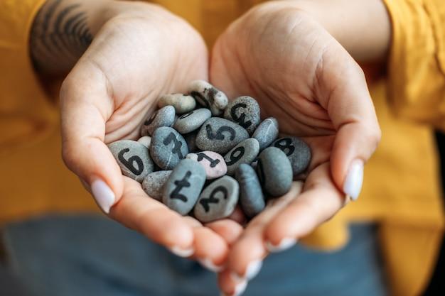 Numerologia numeri concetto numerologia calcolare il percorso di vita e il destino numeri molte pietre di ciottoli