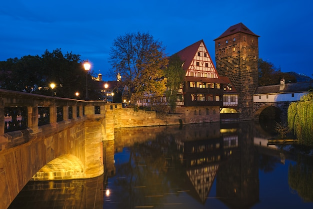 Case della città di norimberga sulla riva del fiume pegnitz. norimberga, franconia, baviera, germania.