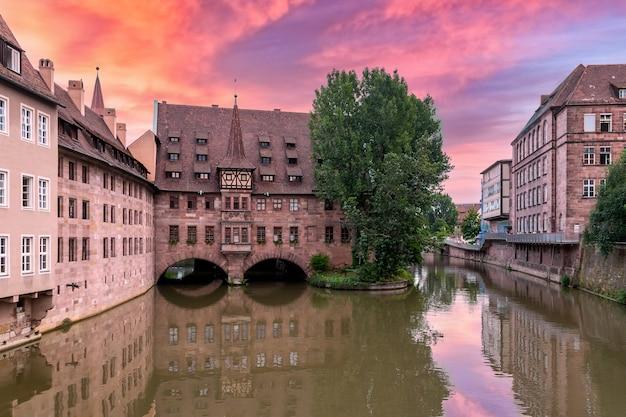 Nurnberg hospital of the holy ghost building over pegnitz river. vista dal ponte sul fiume pegnitz. norimberga, germania.