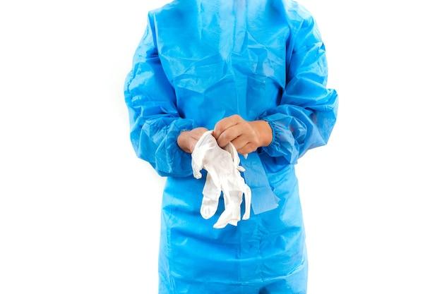 Infermiera in tuta protettiva coronavirus che indossa guanti in lattice bianco su sfondo bianco