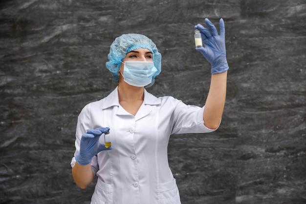 L'infermiera esamina il contenuto della fiala del farmaco. concetto medico
