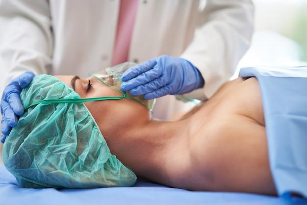 L'infermiera dà la terapia respiratoria a un paziente ricoverato in ospedale.