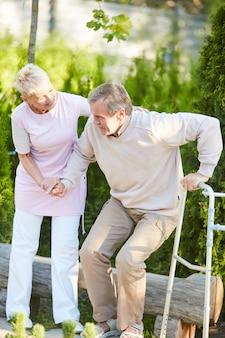 Infermiera che aiuta paziente senior