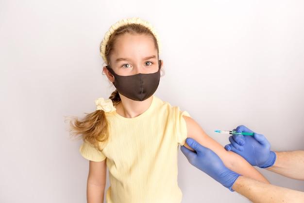 Un'infermiera sta vaccinando i pazienti con una siringa. sfondo bianco. primo piano dell'iniezione contro il covid19. foto di alta qualità