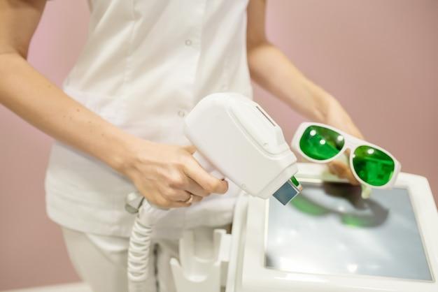 L'infermiera esegue le manipolazioni con l'apparato di drenaggio linfatico sull'addome della donna, effettuando un massaggio anticellulite