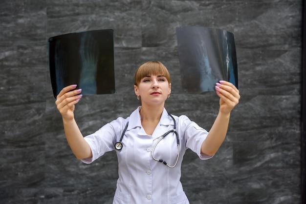 Lo studente dell'infermiera esamina i raggi x del piede. concetto medico.