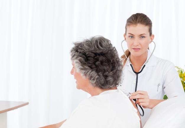 Infermiera che si prende cura del suo paziente