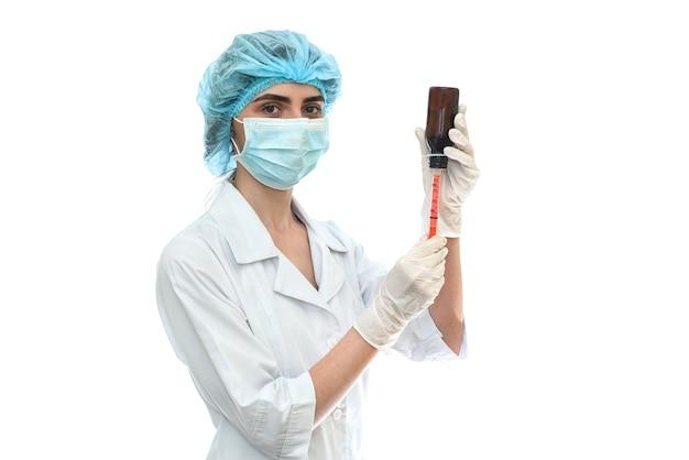 Infermiera che prende farmaci dalla fiala con la siringa