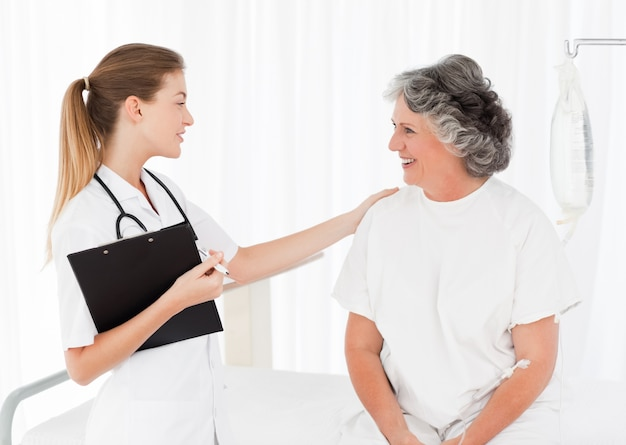 Infermiera che parla con il suo paziente