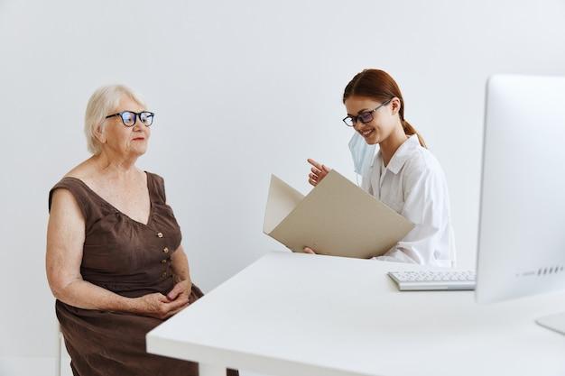 Infermiera in camice bianco esame diagnostico della salute del paziente