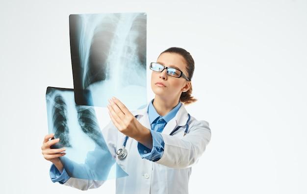 Infermiera con raggi x e stetoscopio di occhiali abito medico