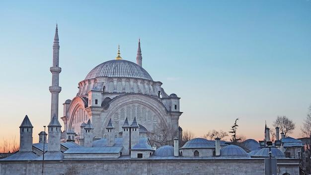 Moschea nuruosmaniye una delle moschee in stile barocco di istanbul, in turchia all'alba.
