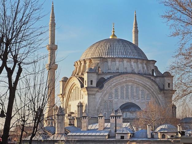 Moschea nuruosmaniye una delle moschee in stile barocco di istanbul, turchia.
