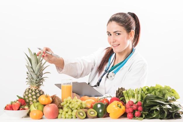 Donna medico nutrizionista. isolato su bianco