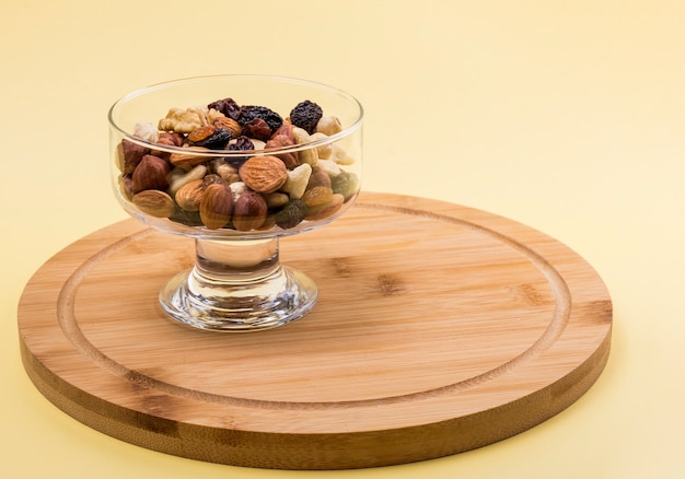 Noci e frutta secca in un vaso di vetro.