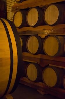 Botti di rovere per l'invecchiamento del vino in una cantina sotterranea a vale dos vinhedos